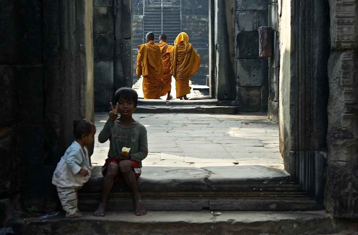 moines et enfants Angkhor